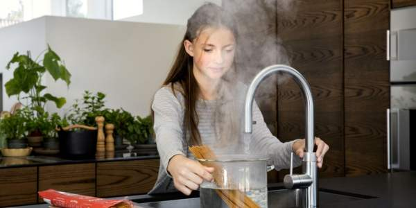 Quooker Flex Girl Cooking Pasta Landscape